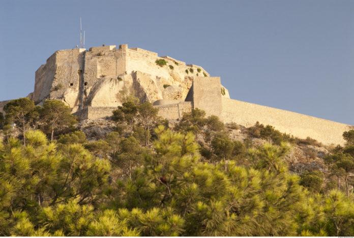 El Castillo de Santa Bárbara de Alicante, ubicado sobre el monte Benacantil, una mole rocosa de 166 metros de altitud sobre el nivel del mar